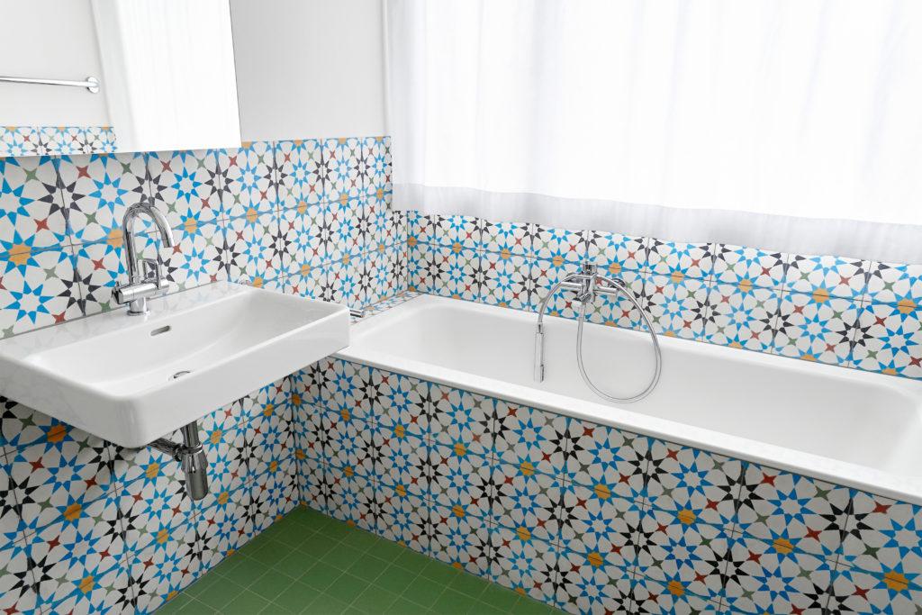 Bad mit marokkanischen wandplatten kewabo senn - Wandplatten bad ...
